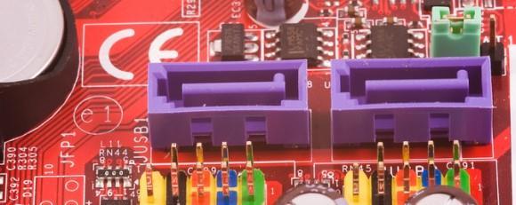 在硬盘驱动器和主板之间连接第4步